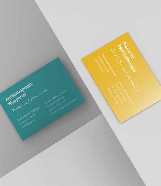 Visitenkarten fotografiert von oben in gelb und grün