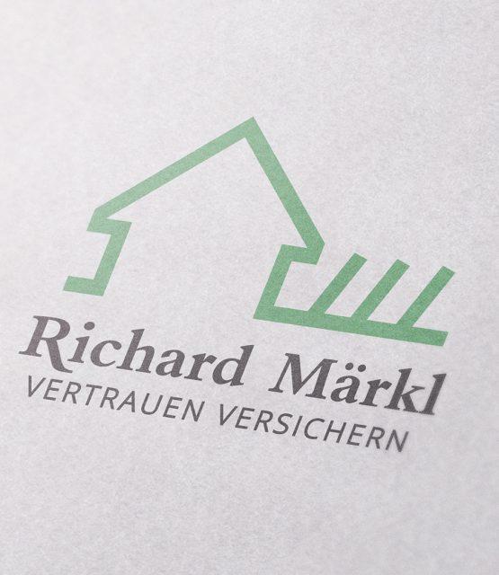 Logo mit grünem Haus als Linie und grauer Schrift